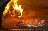 пицца, выпечка в традиционной печи — Стоковое фото