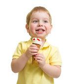 孩子吃冰激淋上白色影棚拍摄孤立 — 图库照片