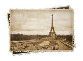 эйфелева башня в париже винтаж сепия тонированное открытка, изолированные на w — Стоковое фото