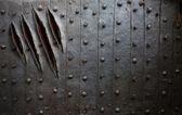 Zadrapania pazur potwór na tle metalowe ściany lub drzwi — Zdjęcie stockowe