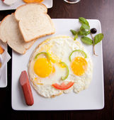 Breakfast with fried eggs, toasts and juice — Stock Photo