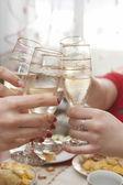 Bicchieri di champagne soggiornare al tavolo — Foto Stock