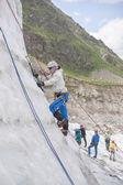 Chica subir sobre el hielo — Foto de Stock