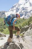молодая женщина, походы в горы — Стоковое фото