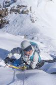 Chica clumb para arriba en el hielo — Foto de Stock