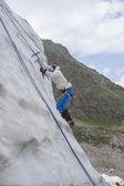 女の子は氷の上を登る — ストック写真