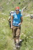 Mladá žena, turistika v horách — Stock fotografie