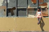 Mujeres embarazadas en coloridos calcetines sentado en la valla — Foto de Stock