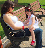 Pregnant mother talking to daughter — Stock Photo