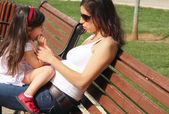 Madre embarazada hablando con hija — Foto de Stock