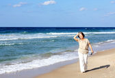 Senior woman at the beach — Stockfoto