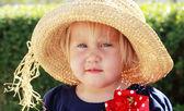 Schattig klein meisje in de hoed — Stockfoto