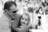 Portrait du père heureux et son adorable petite fille — Photo
