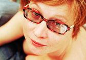 Ritratto di donna dai capelli rossi attraente vicino. concentrarsi sull'occhio — Foto Stock