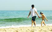 Ojciec i syn razem spaceru na plaży — Zdjęcie stockowe