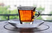 Kopp te stående på träbord — Stockfoto