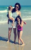 Mãe com duas filhas na praia — Foto Stock