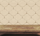 фон с деревянным настилом таблицы на винтажные обои — Стоковое фото