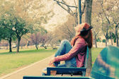 屋外のヘッドフォンと美しい若い女性 — ストック写真