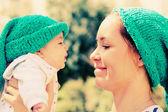 幸せな愛情のある母と彼女の赤ちゃんの屋外の肖像画 — ストック写真