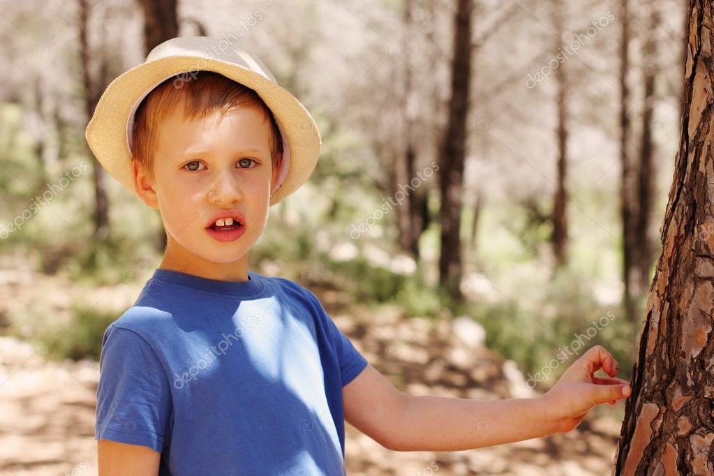户外的可爱的 6 岁孩子的小男孩画像