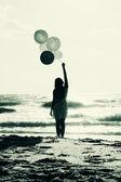 美丽的女子和五颜六色的气球 — 图库照片
