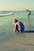Sahilde küçük kız — Stok fotoğraf
