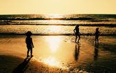 Two happy kids playing on the beach — Stock Photo