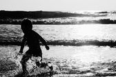 Happy kid playing on the beach — Stock Photo