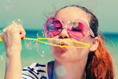 Güzel kız blowing bubbles — Stok fotoğraf