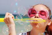 Jolie fille soufflant des bulles — Photo