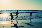 2 つの幸せな子供たちはビーチでのプレー — ストック写真