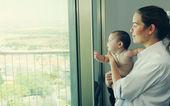 Mladá matka s ní šest měsíců staré dítě — Stock fotografie