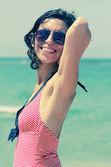 Belle femme sur la plage — Photo