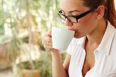Junges mädchen mit einer tasse kaffee — Stockfoto