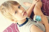 Chico lindo con el teléfono móvil — Foto de Stock