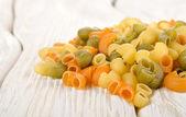 Färgglad pasta på ett bord — Stockfoto