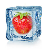 Morango e cubo de gelo — Foto Stock