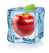 Ice cube and red apple — 图库照片