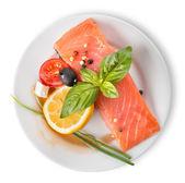 красная рыба филе с овощами — Стоковое фото