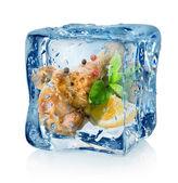 Cuisses de poulet frit en cube de glace — Photo