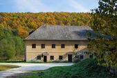 Casa de campo en otoño — Foto de Stock