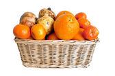 Proutěný koš s ovocem — Stock fotografie