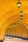 La columnata de piedra arqueada con linternas — Foto de Stock