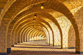 The arched stone colonnade with lanterns — 图库照片