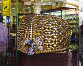 The biggest gold ring in Deira Gold Souq weighs 63.85kg. on Nove — Stock Photo