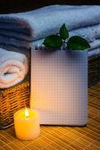 Centro benessere con asciugamani e candela — Foto Stock
