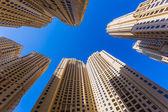 Höga byggnader och gator i dubai, förenade arabemiraten — Stockfoto
