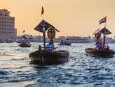 ドバイ、アラブ首長国連邦の湾川のボート — ストック写真