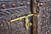 Old lock on a wooden door — 图库照片